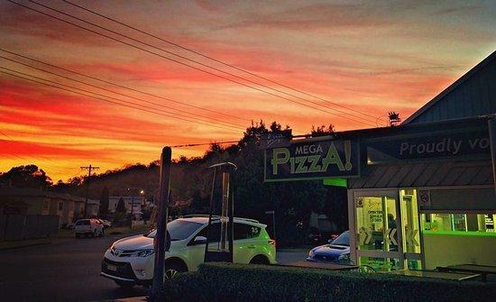 Lismore, Australia: MEGA SUNSET OVER MEGA PIZZA !!!