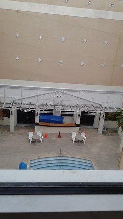 South Miami, FL: El bar parece en reparación pero nadie trabaja alli