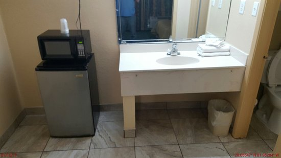 Americas Best Inn And Suites: Counter area leaned quite a bit