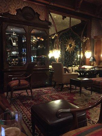 The Leela Palace Bengaluru: The Lounge Bar