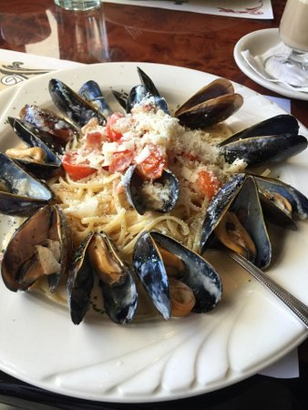 Plainsboro, Nueva Jersey: Mussles in a light tomato sauce served over linguine