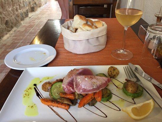 Dalmatino Dubrovnik : 참치 스테이크와 하우스 와인(화이트)