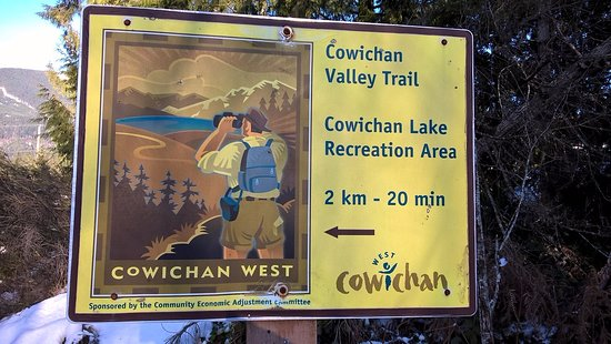 Lake Cowichan, Canada: Cowichan Valley Trail sign post along the trail