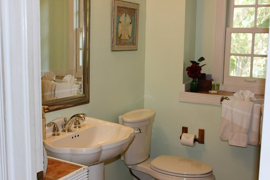Andrews Inn and Garden Cottages: Pamplona Bathroom
