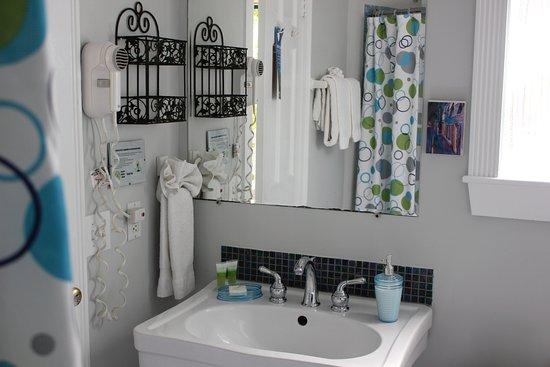 Andrews Inn and Garden Cottages: Paris Bathroom