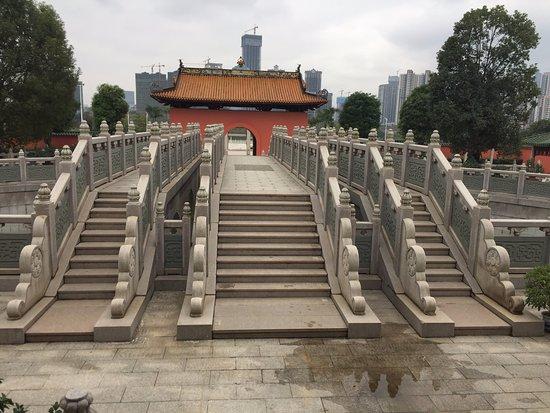 Nanning, الصين: ENTRADA AL PATIO  PRINCIPAL DEL TEMPLO