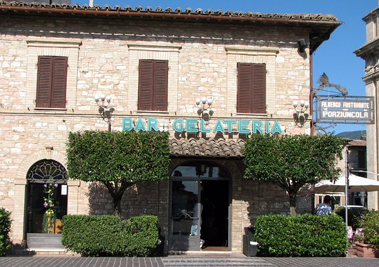 Dal Moro Gallery Hotel: A local bar and gelateria which has reasonable priced sandwiches, fruit and snacks.