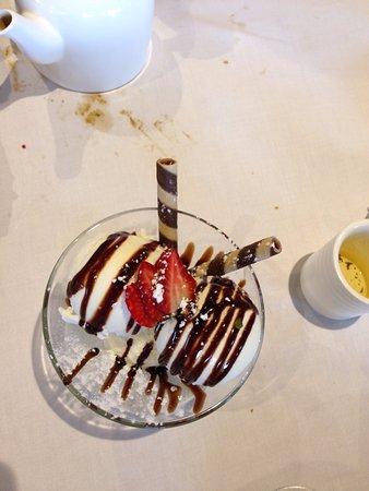 Point Cook, Austrália: Vanilla Ice cream with Chocolate Sauce