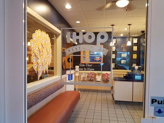 Tracy, Califórnia: At IHOP's entry. Very classy and upscale.