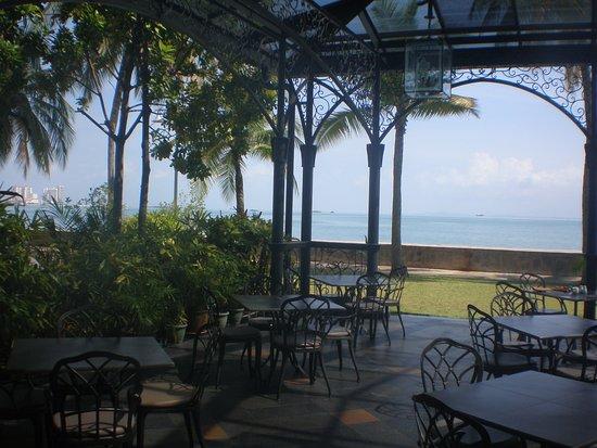 Eastern & Oriental Hotel: outdoor breakfast area