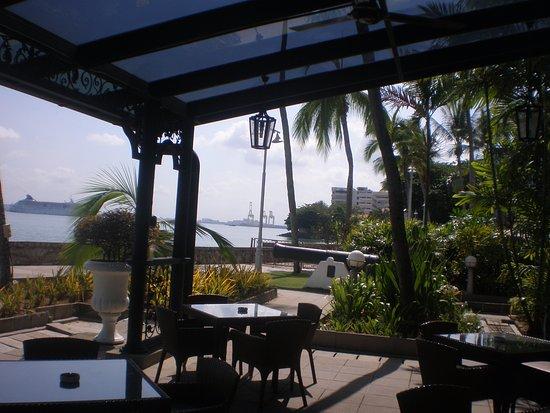 Eastern & Oriental Hotel: outdoor bistro area