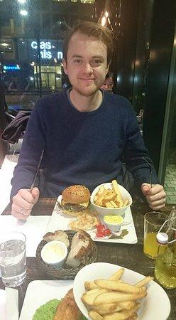 Deja Vu Delikatesser: Fish n chips og burger.