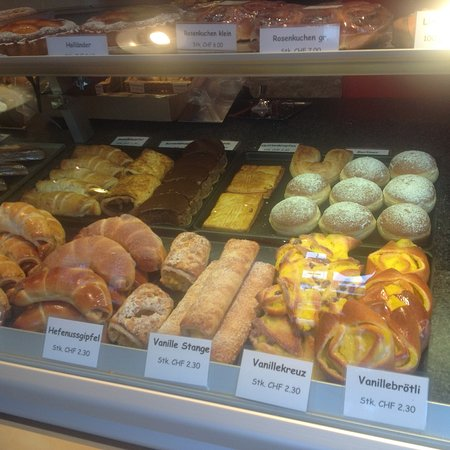 Sins, Suiza: Walking distance to near by pastry shop. You can grab a bite to eat
