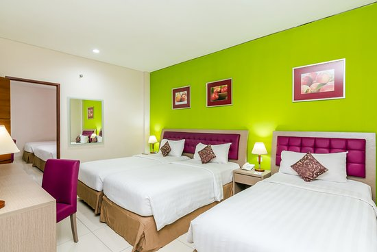 Kuta Central Park Hotel: Standard Triple connecting to cater group of friends originally setup without window.