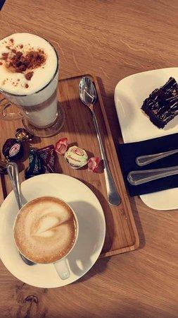 Bilzen, بلجيكا: latte, cappuccino and brownie