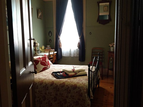 Launceston, Australien: Beaconsfield Heritage Accommodation - Cosy double bedroom with hot breakfast in the morning