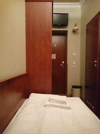 Hotel Hamburg Altona: Der Fernseher ist vom Kopfende des Betts nur halb sichtbar