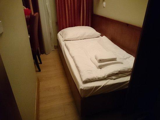 zimmerbreite ca. 140 cm, davon ca. 90 cm bett. - picture of hotel, Hause deko