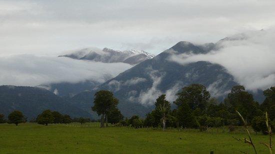เลคแมธิสัน โมเต็ล: uitzicht op de besneeuwde bergen vanuit het Motel
