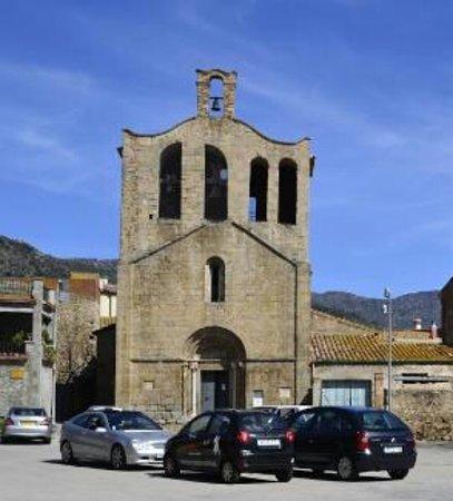 Pau, Spain: iglesia preciosa con puerta principal románica-gotica