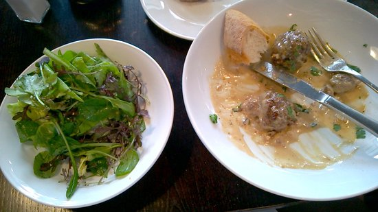 Aro Cafe: Meatballs with green salad
