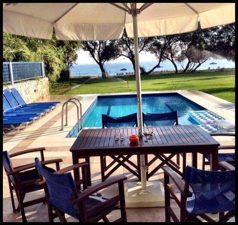 uteplats med pool och möbler samt solsängar och parasoll på ...