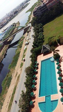 Sofitel Phnom Penh Phokeethra: pool view from the balcony