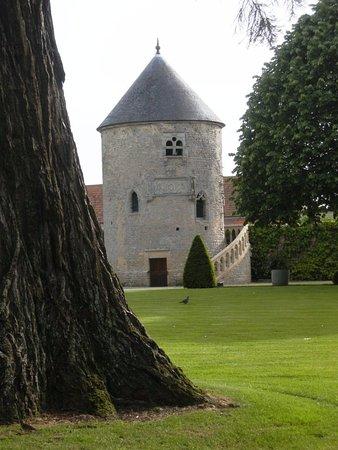 Sully, Francia: Une des tours du domaine