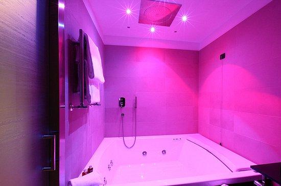Lamezia Terme, Italia: Suite Presidenziale: un'ampia vasca idromassaggio con la cromoterapia
