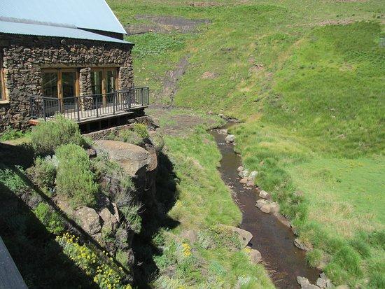 Rhodes, Sudáfrica: Bell River flowing below Lodge