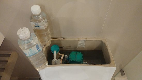Four Points By Sheraton Bangkok, Sukhumvit 15: Had problems flushing and found 2 water bottles hidden in water resevoir.