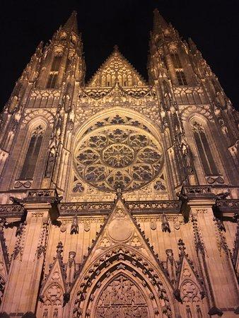 St. Vitus Katedral: собор в вечернее время