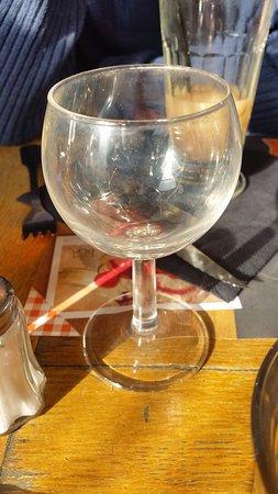 Nanterre, France: verre opacifié par le calcaire