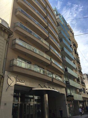 Icaro Suites: Vista frontal del hotel y de la calle.