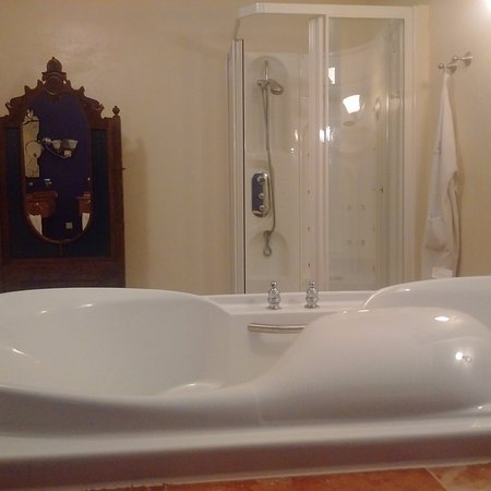 gigantesque salle de bain pas de s choir cheveux picture of sonesta kura hulanda village. Black Bedroom Furniture Sets. Home Design Ideas