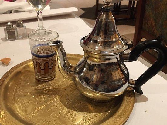 Soissons, Francia: Le thé est typique de la région agadir au Maroc . Les deux autres plats c'est des tagines: au po