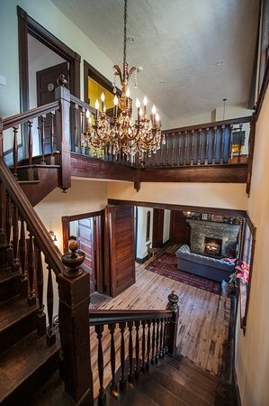 Marshall, NC: The grand staircase leads to all the rooms on the 2nd floor.