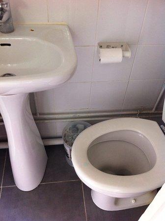 la salle de bains : les WC sont presque sous le lavabo ! - Bild von ...