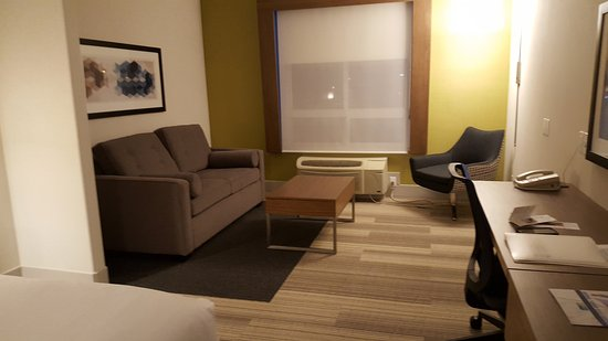 Airdrie, Canadá: Living room area with comfortable seating.