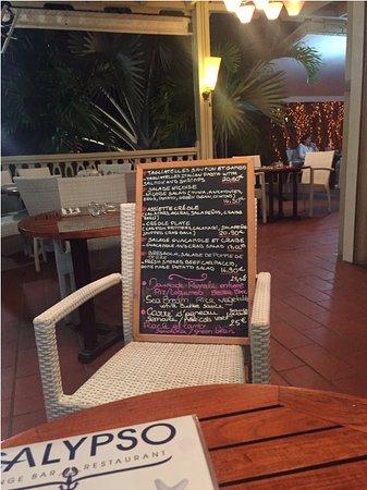Le  Calypso: Além do menu fixo, eles oferecem sugestões escritas à mão em uma lousa.