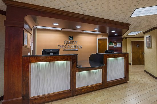 Quality Inn & Suites Civic Center : Front Desk and Lobby Area