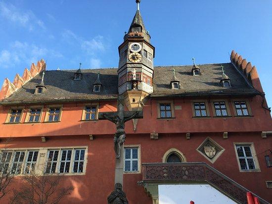 Ochsenfurt, Germany: Das Rathaus mit ausgefallenen geschnitzten Figuren, Monduhr am Lanzentürmchen