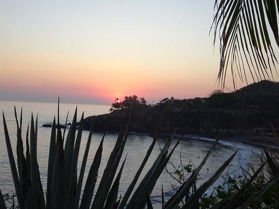 Tamanique, El Salvador: spectacular sunset view from resort garden