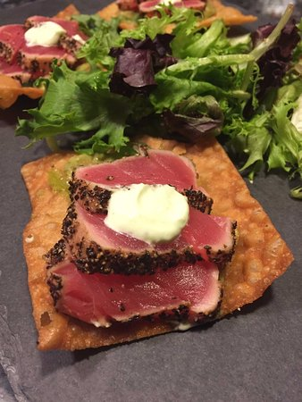 Garrison, Estado de Nueva York: Tuna seared over wonton tostada with Asian guacamole, wakimi, ginger and wasabi sour cream