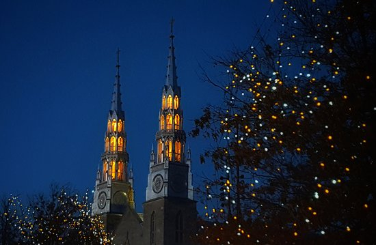 Ottawa, Canadá: Towers of Notre Dame Basilica at night