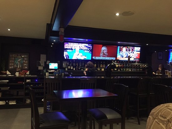 Uxbridge, Canada: Lots of TV's at the bar!