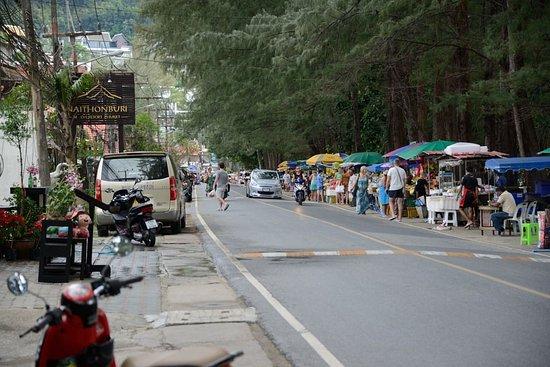 Phuket Naithon Resort: Die kleine Strasse vor dem Hotel