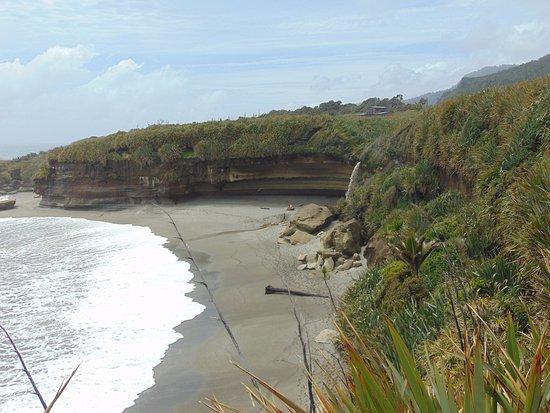 Punakaiki, Nueva Zelanda: La cascata sula spiaggia