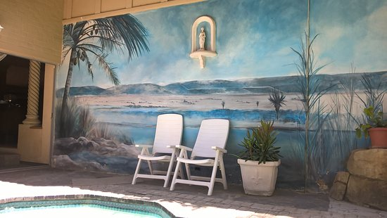 Addo, Sudáfrica: Mural on the wall near splash pool with a water feature
