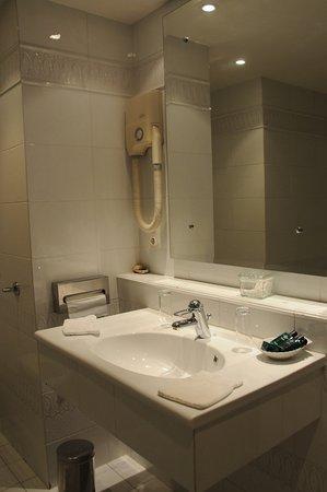 La Roche-Bernard, France: Salle de bain d'une Chambre Standard